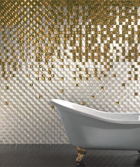 Белая ванна на фоне стены с золотистой мозаикой