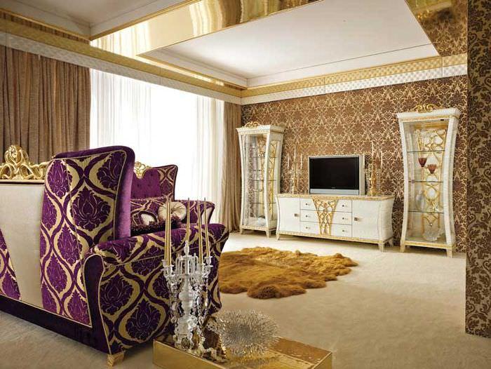 Обои с золотистыми орнаментами в интерьере гостиной