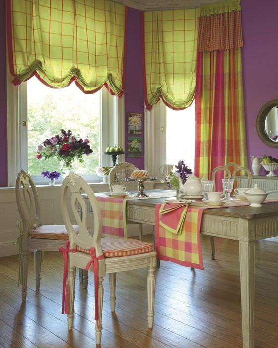 Дизайн столовой загородного дома с английскими шторами