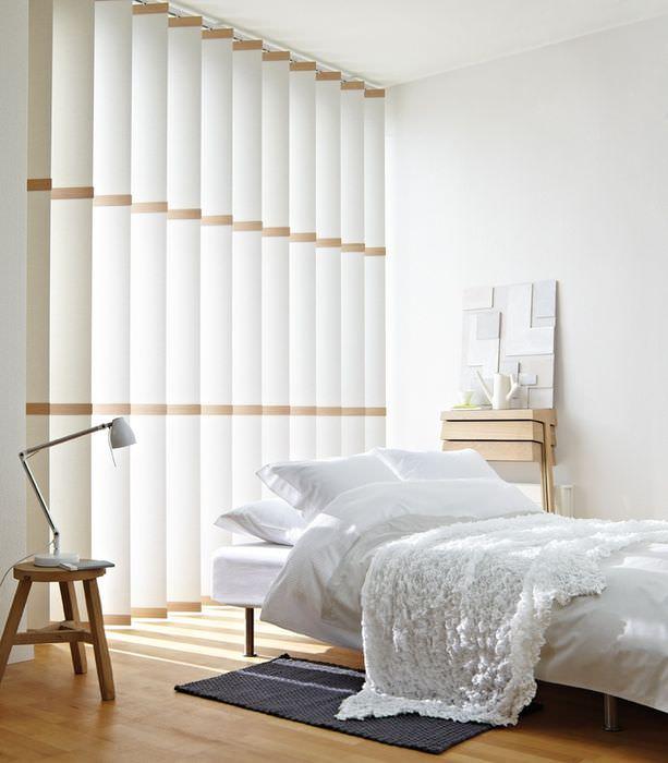 Вертикальные жалюзи из ткани в белой спальне