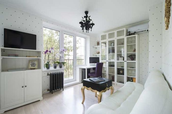 Интерьер белой гостиной с черным телевизором