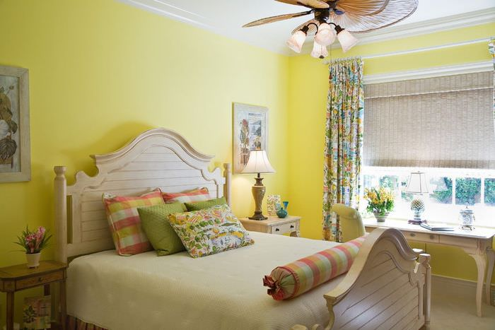 Покраска стен спальни в желтый оттенок