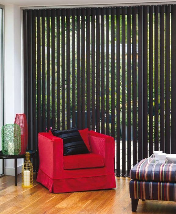 Тканевые жалюзи в дизайне гостиного помещения