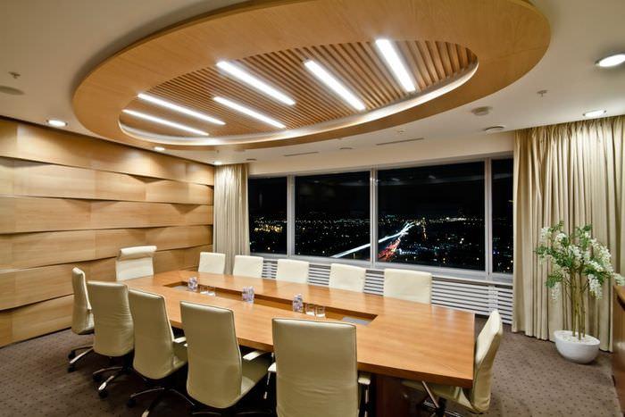 Деревянный стол в комнате для переговоров