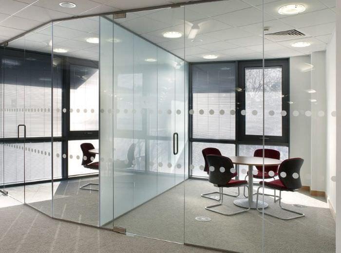 Использование стеклянных перегородок в офисных помещениях