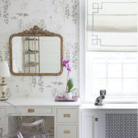Зеркало на стене с цветочными обоями