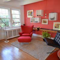 Красная стена в интерьере гостиной