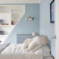Голубые стены в спальне с белой кроватью