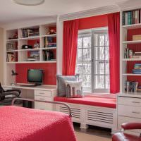 Открытые стеллажи в комнате девушки