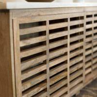 Решетчатый экран из деревянных планок на батарее отопления