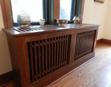Деревянный экран перед окном в спальне классического стиля