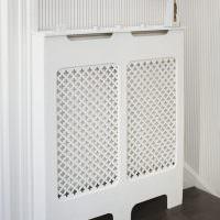 Белый декоративный экран для радиатора системы отопления