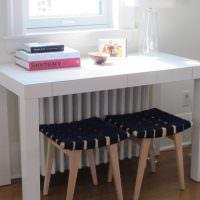 Небольшой столик перед окном в детской комнате