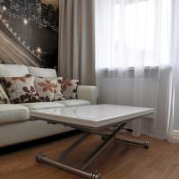 Раскладной столик перед диваном в гостиной
