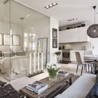 Белая кровать за стеклянной перегородкой