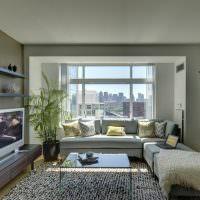Серый ковер на полу гостиной в однушке