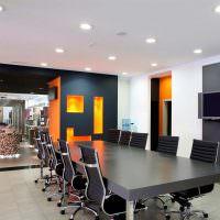 Интерьер офиса в черно-белом цвете с акцентами оранжевого тона