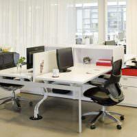 Черные стулья за белыми столами