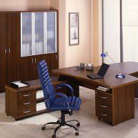 Синий офисный стул и темно-коричневый рабочий стол