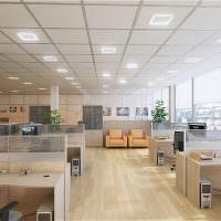 Подвесной потолок из квадратных панелей в просторном офисе