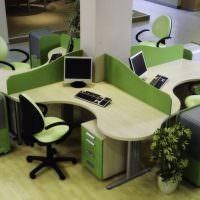 Офисные столы вокруг несущей колонны
