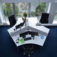 Рабочий стол для троих сотрудников отдела компании