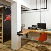 Открытые провода и трубы на белой стене рабочего кабинета