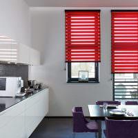 Красные рулонные шторы в белой кухне