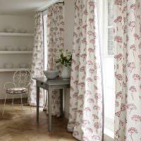 Лондонские шторы в белой спальне
