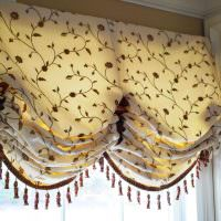 Красивые австрийские шторы на окне кухни