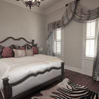 Светло-серые стены в спальне супругов