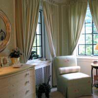 Кресло в углу спальни классического стиля