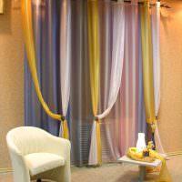 Шторы из разноцветного тюля на окне гостиной