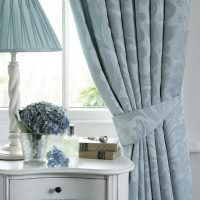 Портьера с подхватом в классической спальне