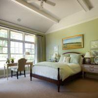 Деревянная кровать в классическом интерьере