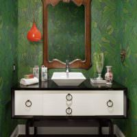 Зеркало в деревянной раме над умывальником
