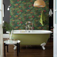 Светло-зеленая ванна на фоне темных обоев