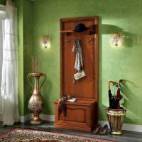 Коричневая мебель в зеленой прихожей