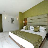Спальня с белыми стенами и потолком
