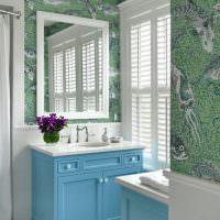 Жалюзи на окнах ванной комнаты в загородном доме