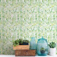 Стена с бумажными обоями с растительным принтом