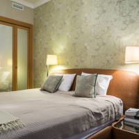 Изголовье кровати с коричневой обивкой