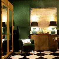 Освещение в темной комнате с зелеными обоями