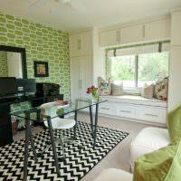 Зеленые подушки на белом диване