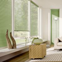 Светло-зеленые жалюзи на пластиковом окне