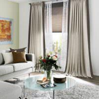 Комбинация жалюзи со шторами в светлой гостиной