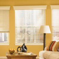 Желтые стены светлой гостиной