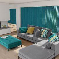 Бирюзовые жалюзи в гостиной с серым диваном