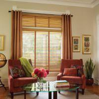Шторы на окне с деревянными жалюзи