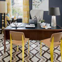 Стильные стулья с желтыми ножками